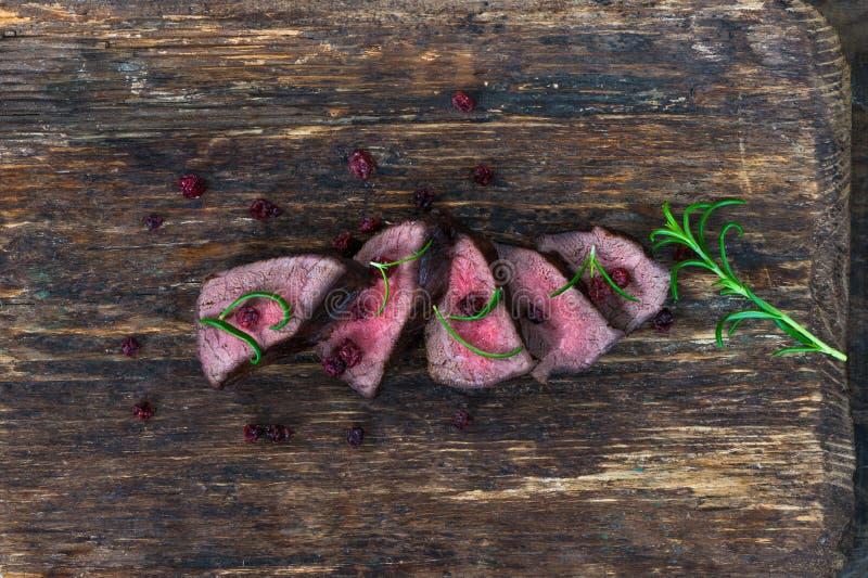 Bifteck coupé en tranches de venaison photos stock