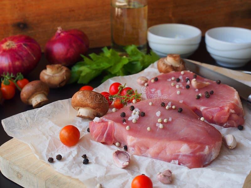 Bifteck cru de côtelette de porc photos libres de droits