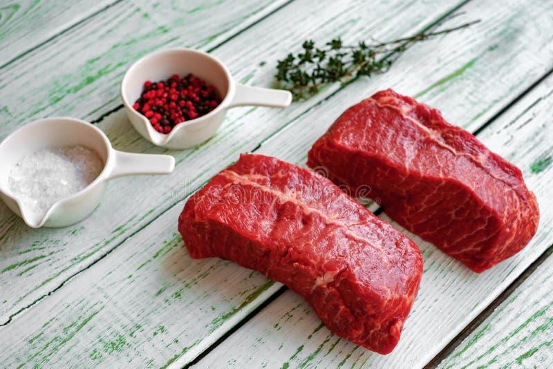 Bifteck cru de la Dessus-lame deux un boeuf image stock