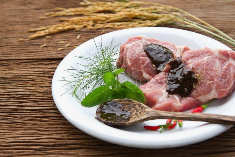 Bifteck cru de porc avec la substance verte et le piment rouge image stock