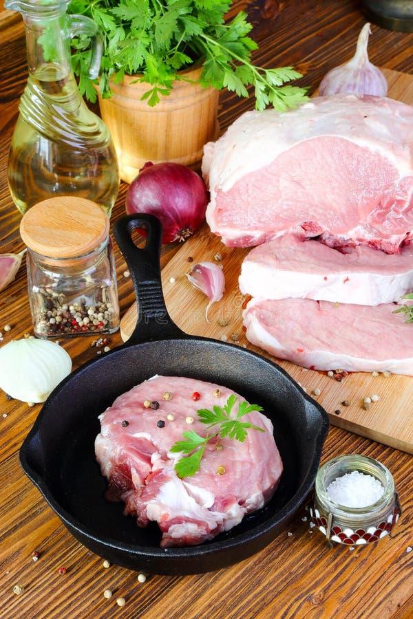Download Bifteck Cru De Porc Dans Une Poêle Image stock - Image du panneau, ingrédient: 77152439