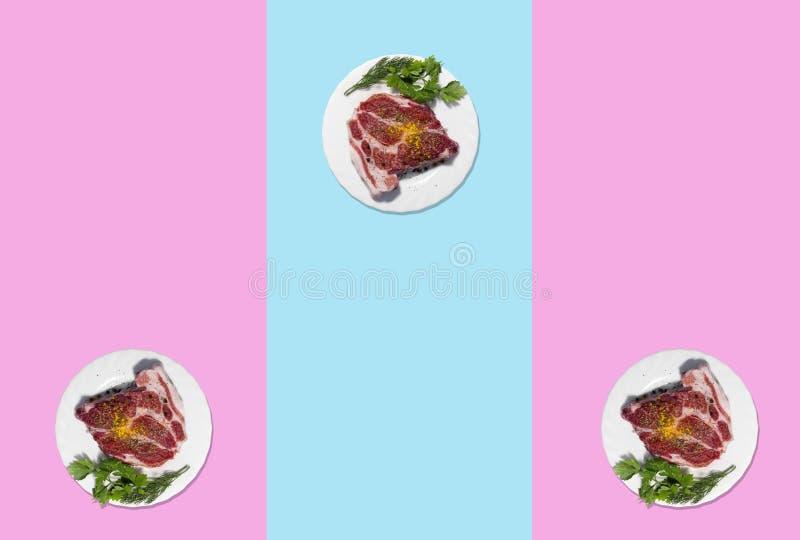 Bifteck cru de porc du plat blanc Fond pour une carte d'invitation ou une félicitation la vue du Th images libres de droits