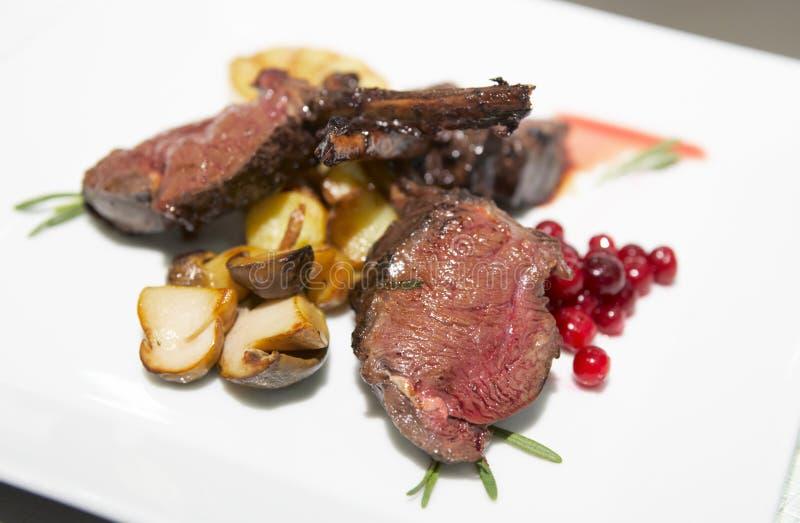 Bifteck cuit rare avec les champignons de couche frits image stock