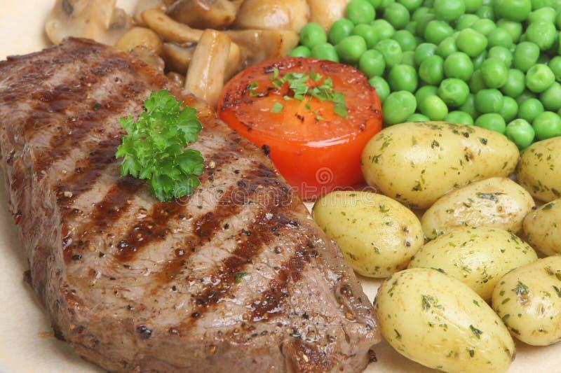 Bifteck d'aloyau avec les pommes de terre de primeurs photo stock