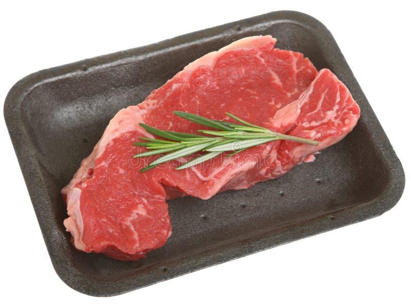 Bifteck d'aloyau cru dans le plateau de conditionnement en plastique image stock