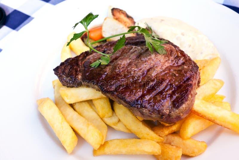 Bifteck de bande d'aloyau - entrecote- avec des légumes image libre de droits