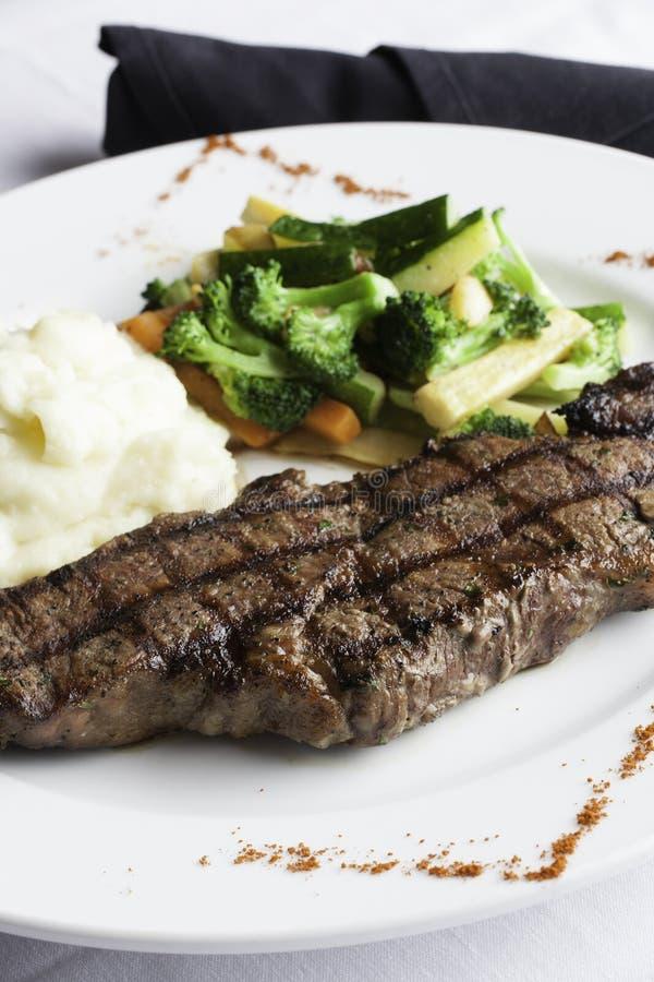 Bifteck de bande de New York avec de la purée de pommes de terre et les légumes mélangés 3 photographie stock
