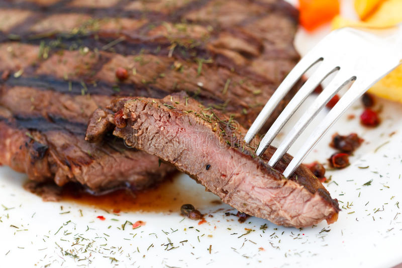 Bifteck de bande de New York avec des légumes photo stock