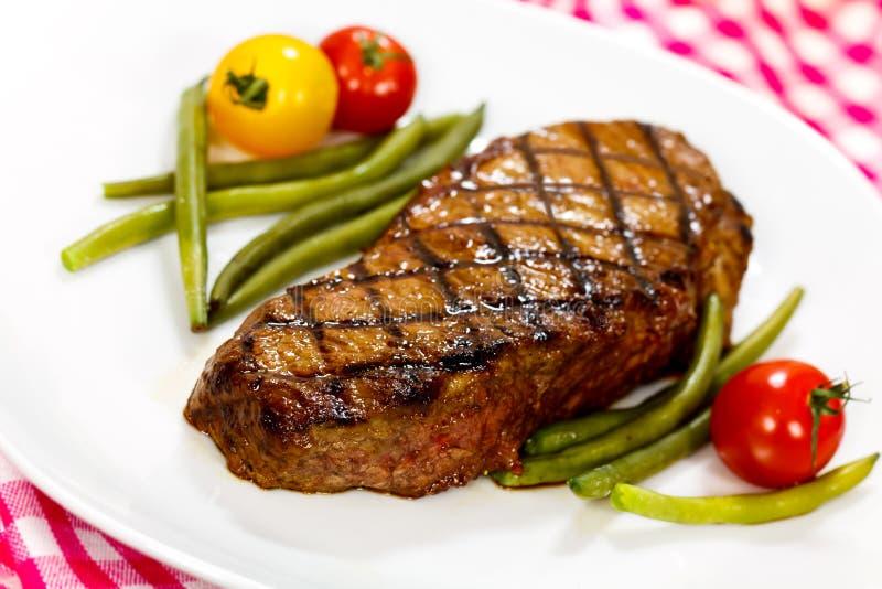 Bifteck de bande de New York avec les haricots verts photographie stock