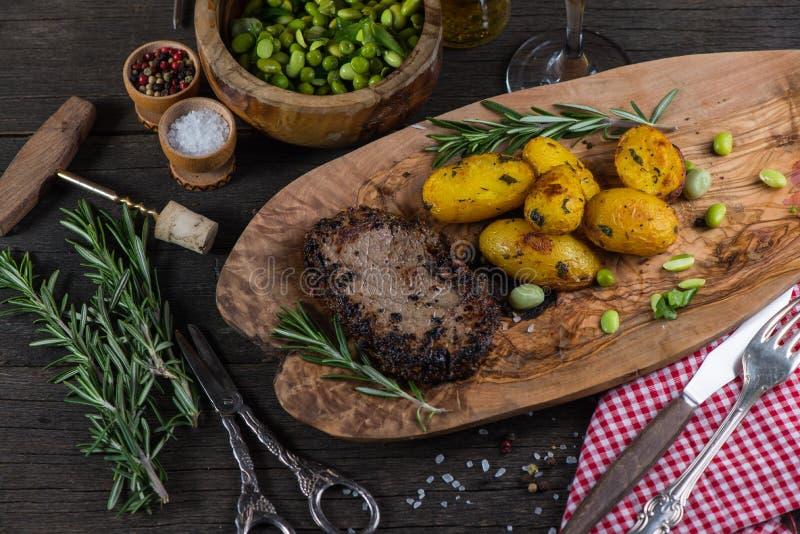 Bifteck de boeuf avec les pommes de terre rôties image libre de droits