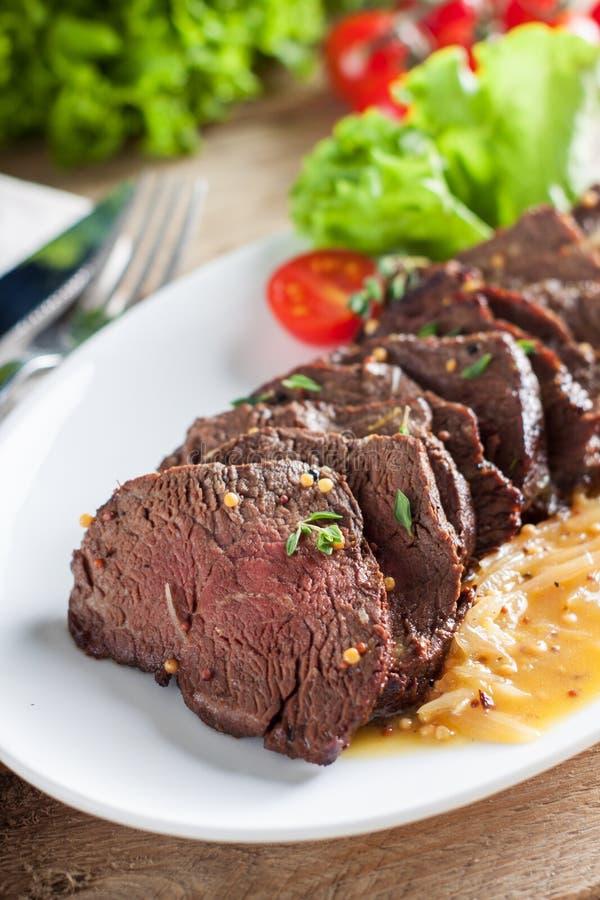 Bifteck de boeuf de cintre avec de la sauce orange images libres de droits