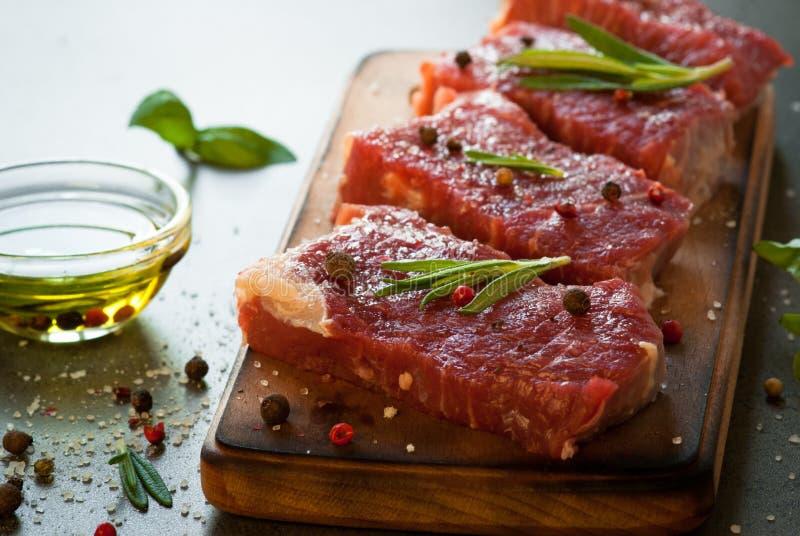 Bifteck de boeuf cru photo stock
