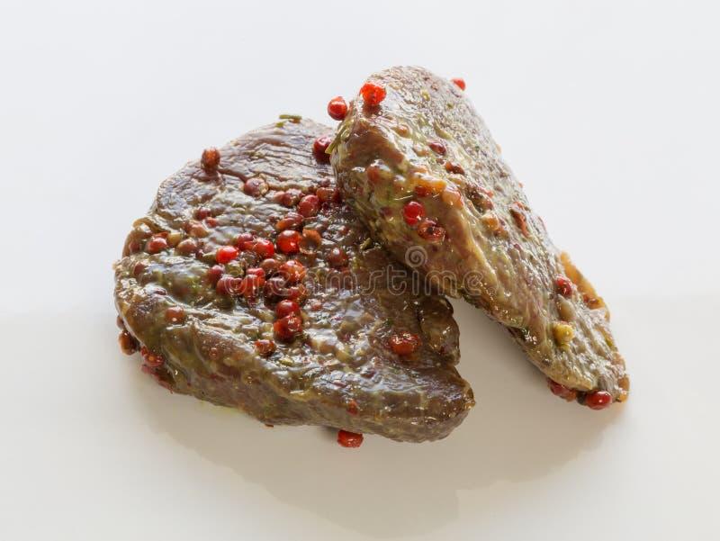 Bifteck de boeuf cru en marinade images stock