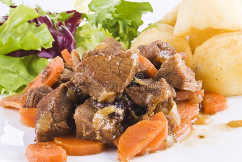 Bifteck de boeuf cuit avec les pommes de terre et la salade images stock