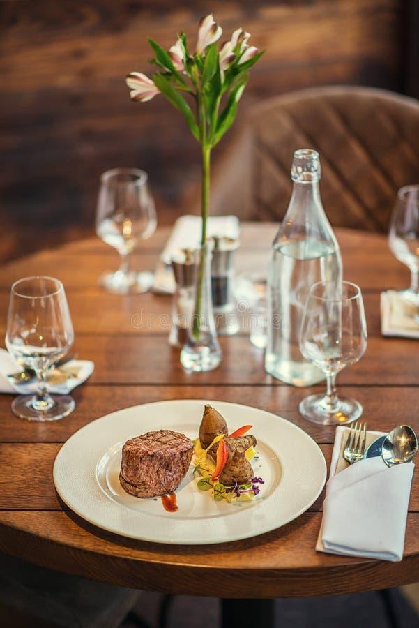 Bifteck de boeuf délicieux avec de la sauce et le légume, servis du plat blanc, gastronomie moderne, restaurant de michelin photo stock