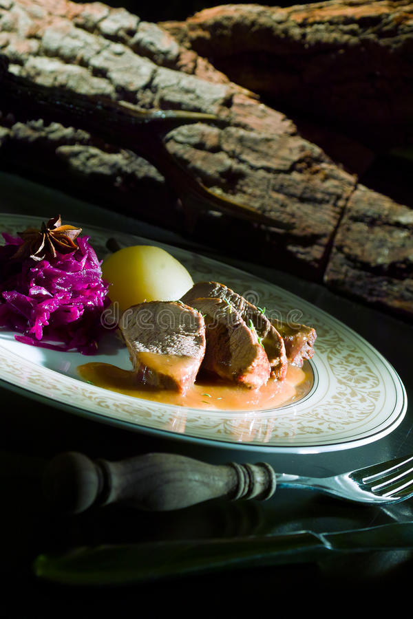 Bifteck de boeuf délicieux sur la table en bois, plan rapproché photographie stock libre de droits