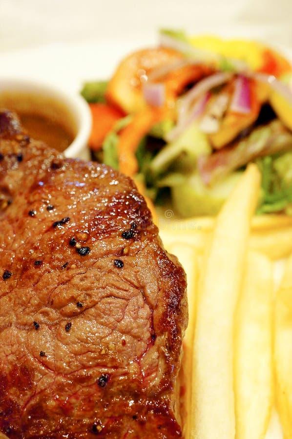 Bifteck de boeuf d'aloyau avec des puces photo stock