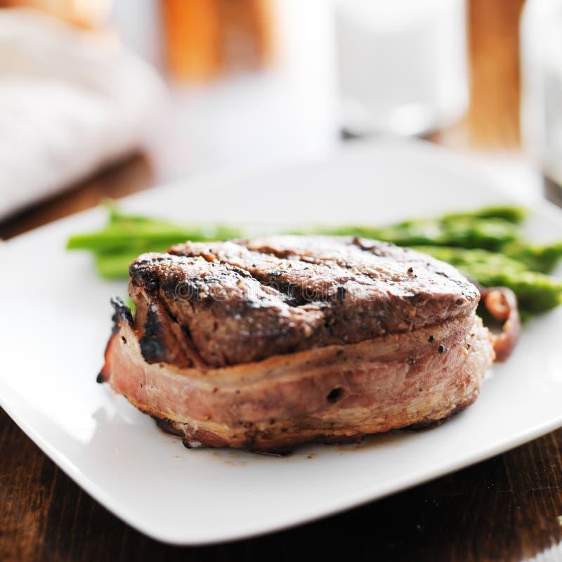 Bifteck de boeuf enveloppé par lard images libres de droits