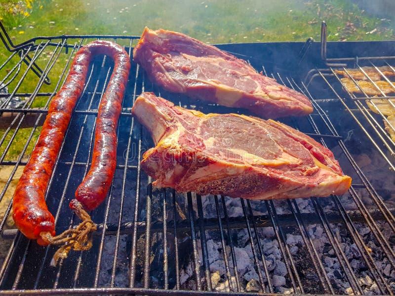 bifteck de boeuf et de vache grillé à côté du chorizo pour griller image libre de droits