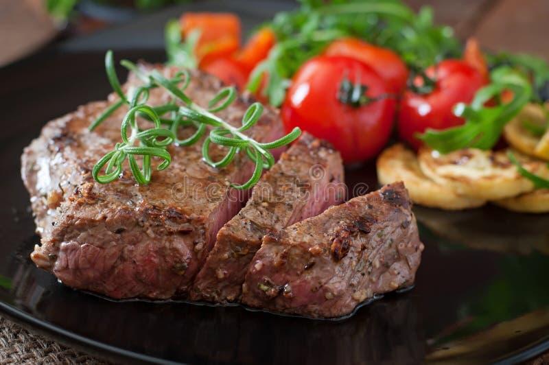 Bifteck de boeuf grillé avec des légumes image libre de droits