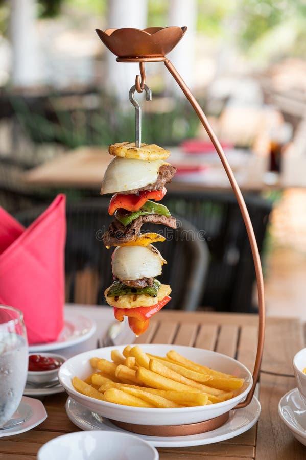 Bifteck de boeuf grillé avec des veggies et des pommes frites embrochant sur le support photographie stock libre de droits