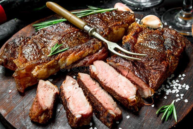 Bifteck de boeuf grillé avec le romarin et les épices photo stock