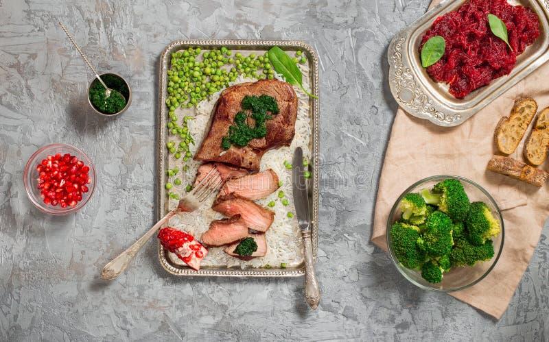 Bifteck de boeuf grillé coupé en tranches avec de la sauce à chimichurri photo libre de droits