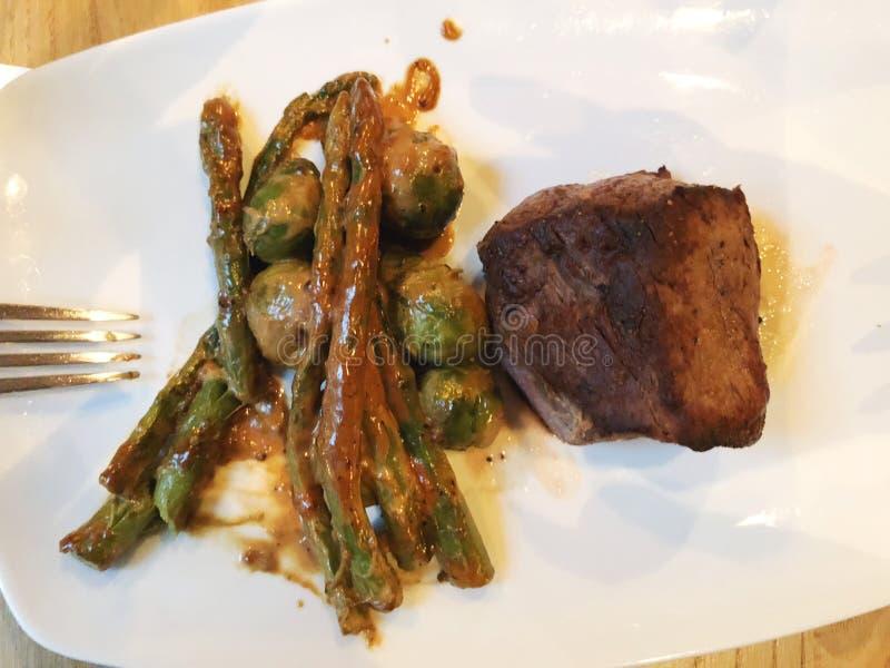 Bifteck de boeuf grillé bifteck juteux de boeuf Bifteck gastronome avec les légumes, l'asperge grillée et les choux de bruxelles  photo stock