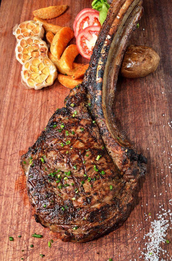 Bifteck de boeuf grillé par Succulent de tomahawk photo libre de droits