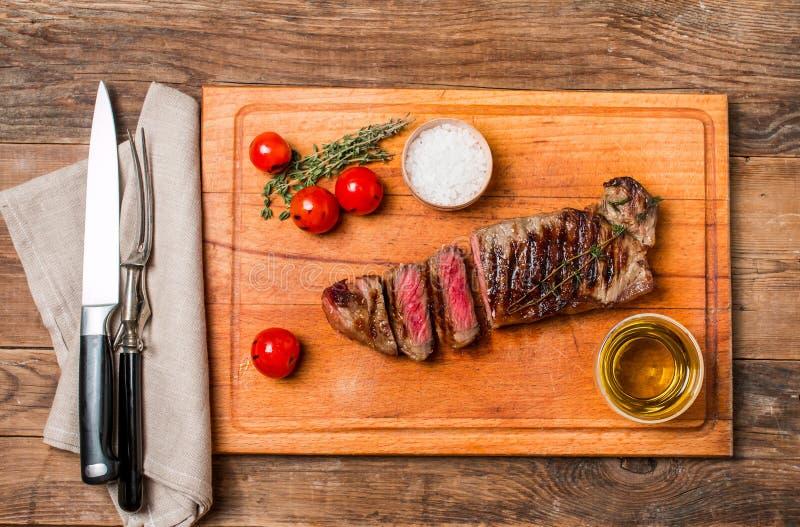 Bifteck de boeuf grillé rare moyen coupé en tranches Ribeye photos libres de droits