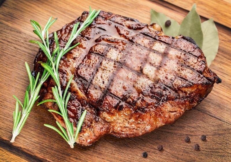 Bifteck de boeuf sur une table en bois. photographie stock libre de droits