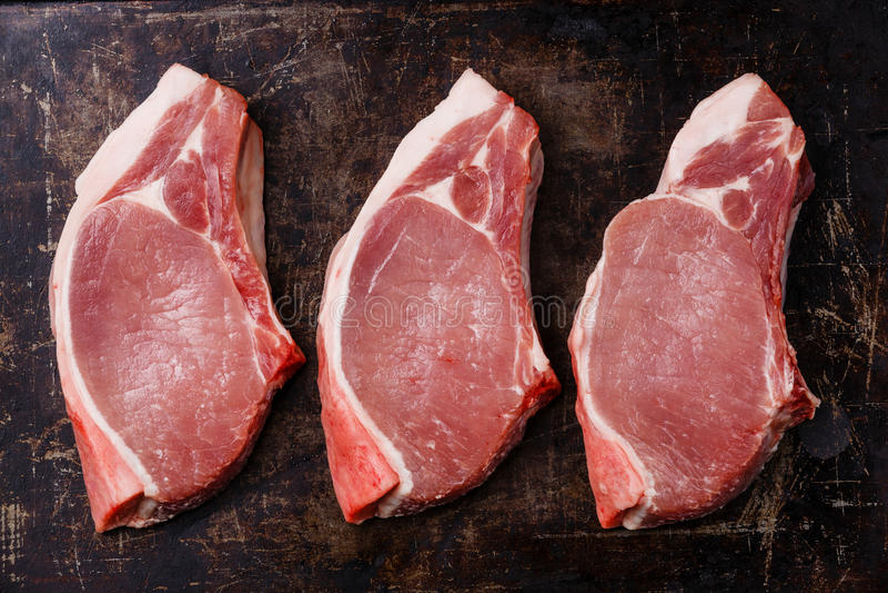 Bifteck de côtelette cru cru de viande de porc sur l'os image stock