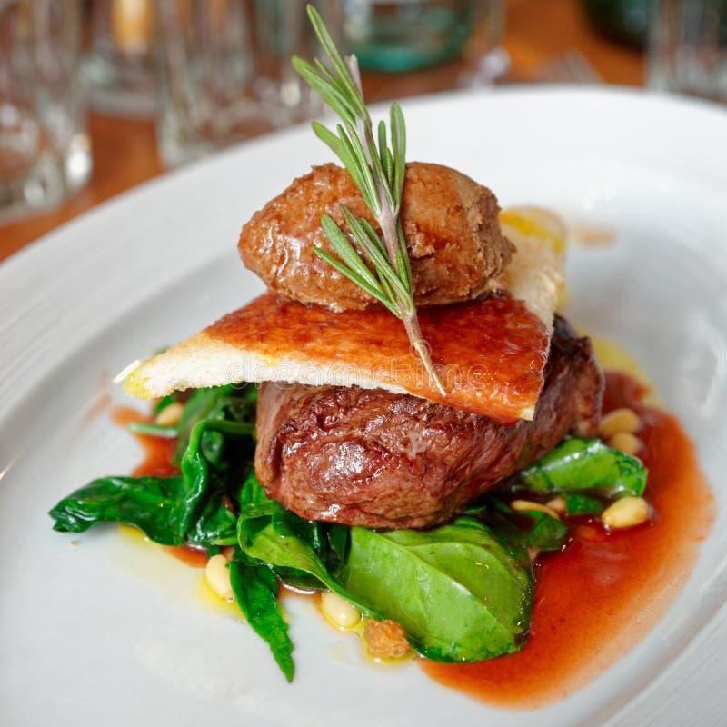 Bifteck de filet avec la terrine et les épinards de boeuf photos libres de droits