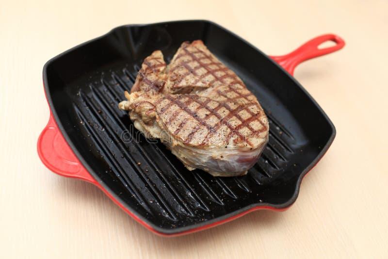 Bifteck de lame de boeuf sur la casserole de gril photos stock
