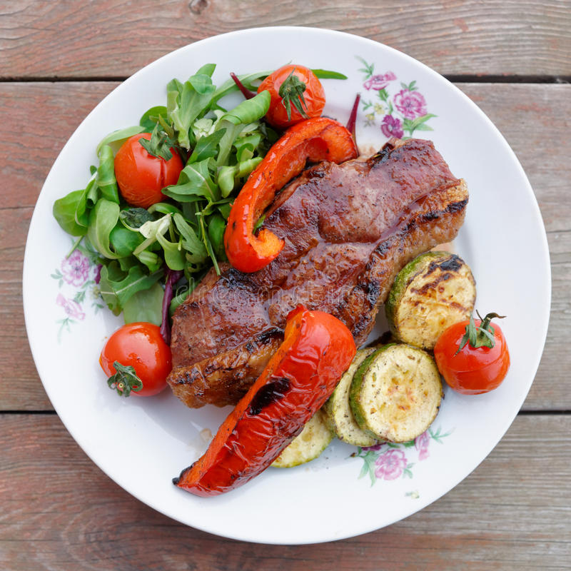 Bifteck de New York avec des légumes image stock