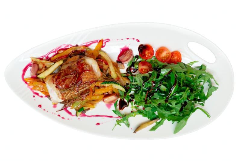 Bifteck de poissons avec de la salade begetable de ratatoille et de fusée, d'isolement images stock