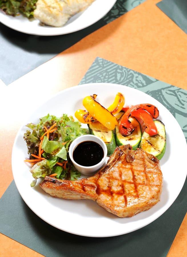 Bifteck de porc avec des légumes images stock