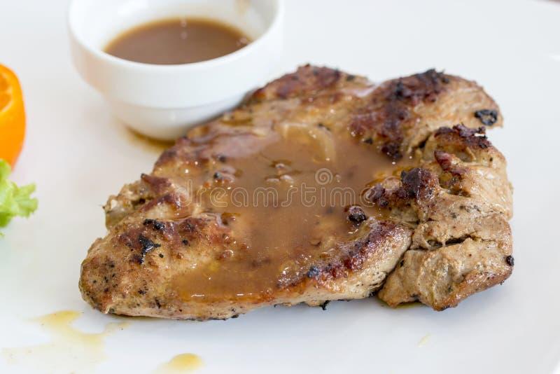 Bifteck de porc d'un plat blanc photos libres de droits