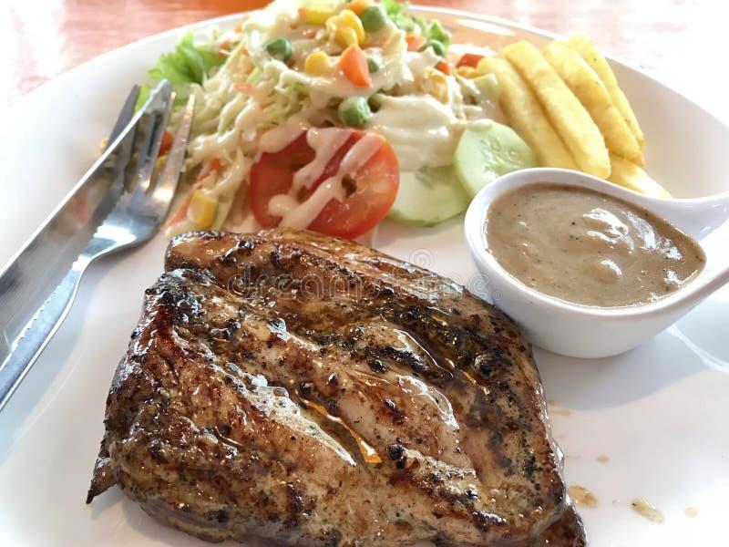 Bifteck de poulet avec des légumes image libre de droits