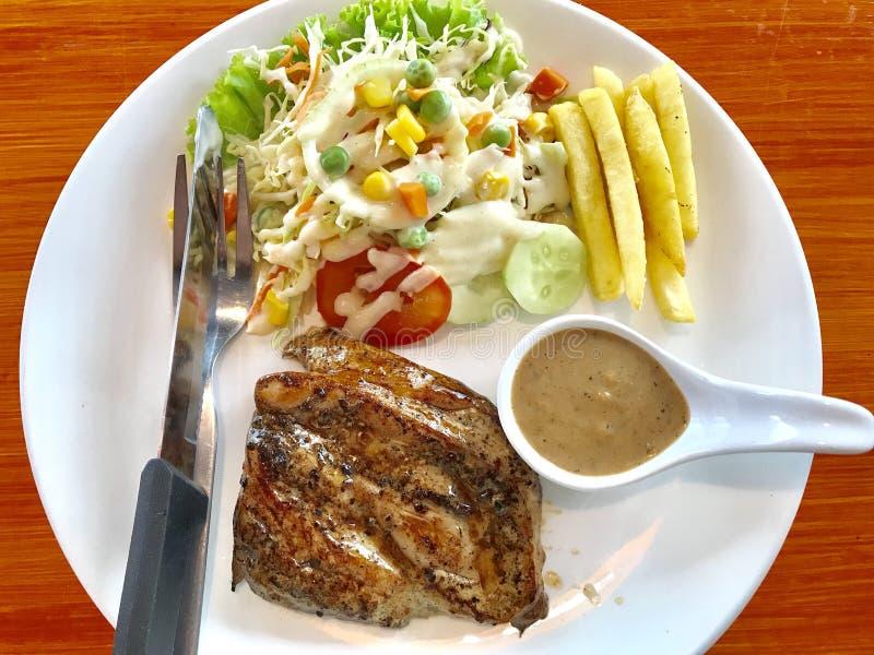 Bifteck de poulet avec des légumes images stock