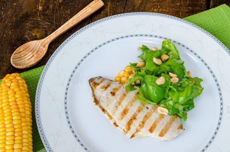 Bifteck de poulet avec l'ail et le citron, salade image libre de droits