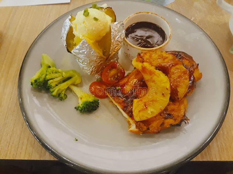 Bifteck de poulet avec de la sauce épicée thaïlandaise photographie stock libre de droits