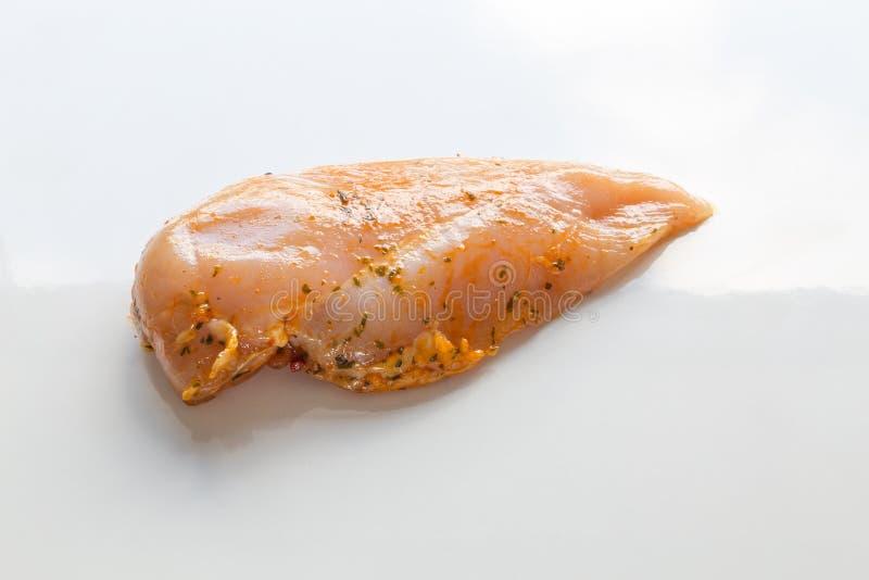 Bifteck de poulet en marinade crue comme coupée photo stock