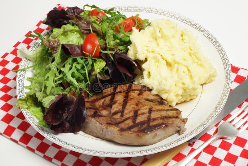 Bifteck de Ribeye avec des pommes de terre de salade et de céleris-raves photographie stock