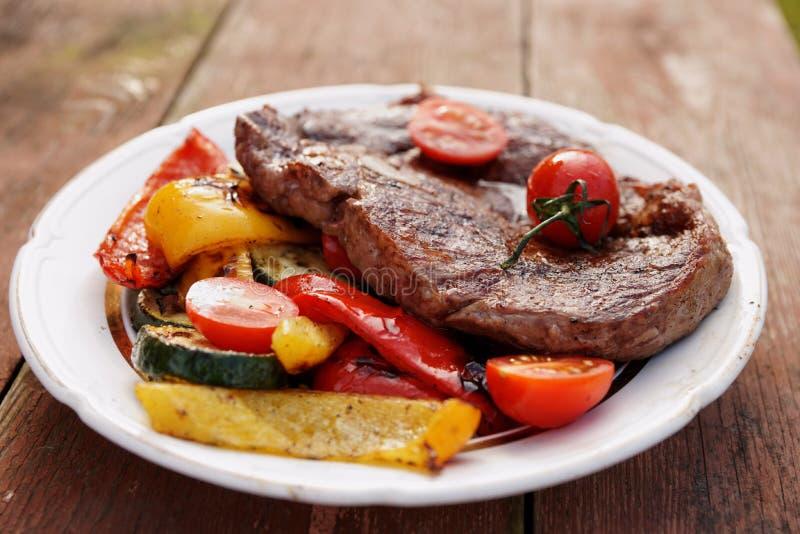 Bifteck de ribeye de boeuf de Kobe avec les légumes grillés sur la vieille table photos libres de droits