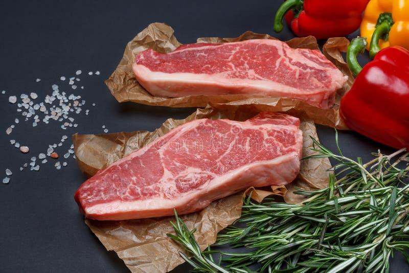 Bifteck de Striploin avec le fond de poivron doux, de sel et de romarin photo stock