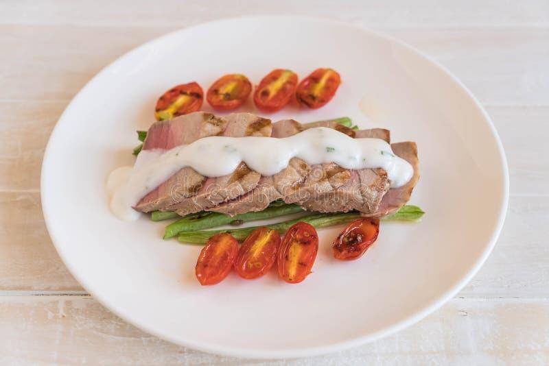 Bifteck de thon avec de la salade images stock