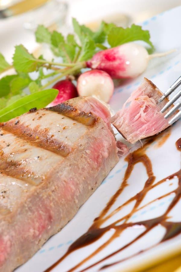 Download Bifteck de thon grillé image stock. Image du sliced, dîner - 8657001