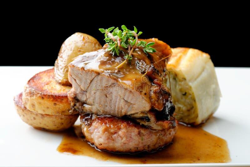 Bifteck de viande de venaison avec la pomme de terre photos libres de droits