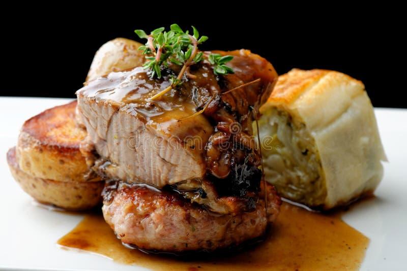 Bifteck de viande de venaison avec la pomme de terre photographie stock libre de droits